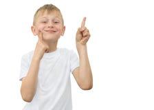 Emotionaler blonder Junge in einem weißen Hemd mit einem grauen Blatt Papier für Anmerkungen über einen weißen Hintergrund Stockfotos