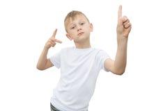 Emotionaler blonder Junge in einem weißen Hemd mit einem grauen Blatt Papier für Anmerkungen über einen weißen Hintergrund Lizenzfreie Stockbilder