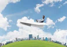 Emotionaler Flieger, der Papierfläche fährt stockfoto