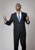Emotionaler Geschäftsmann, der in der Hoffnung betet Stockfotografie