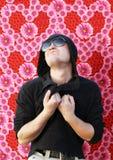 Emotionaler junger Mann in der Liebe auf Blumenhintergrund Stockbilder
