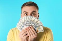 Emotionaler junger Mann mit Geld lizenzfreie stockfotos
