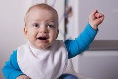 Emotionaler kleiner Junge im Babystuhl, der Mutter betrachtet Lizenzfreie Stockfotografie
