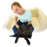 Emotionaler Mann mit einem Laptop und einem Tasse Kaffee Stockfotos