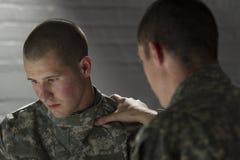 Emotionaler Soldat, der mit dem Gleichen, horizontal spricht Lizenzfreie Stockfotografie