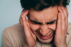 Emotionaler Zusammenbruch des Kopfschmerzendruckärgerwutmannes lizenzfreie stockfotografie