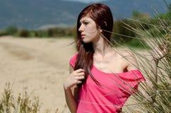 Emotionales Bild einer netten Dame nahe einem See Lizenzfreies Stockbild