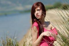 Emotionales Bild einer netten Dame nahe einem See Stockfoto