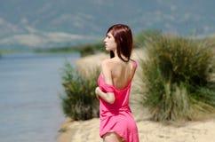 Emotionales Bild einer netten Dame nahe einem See Stockfotografie
