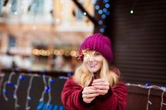 Emotionales blondes Mädchen, das glühende Bengal-Lichter beim Chris hält Stockbilder