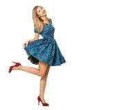 Emotionales blondes Mädchen im blauen flirtenden Kleid Stockbilder