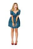 Emotionales blondes Mädchen im blauen Kleid Stockfotografie