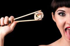 Emotionales Frauengesicht mit Rolle in der Hand lizenzfreie stockfotos