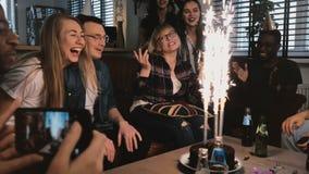 Emotionales Geburtstagsmädchen, das glücklichen multiethnischen Freunden für erstaunliche Geburtstagsfeier mit funkelnder Kuchenz stock video