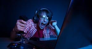 Emotionales Kinderspielvideospiel lizenzfreies stockfoto
