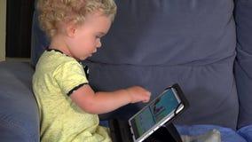 Emotionales kleines Mädchen, das Spiel mit Tablet-Computer spielt stock footage