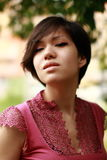Emotionales koreanisches arrogantes Untersuchung die Kamera, rosa Kleid, c Stockbilder