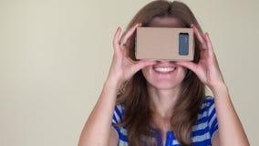 Emotionales Mädchen gesetzte virtuelle Pappgläser und -versuch, zum etwas zu fangen nahaufnahme stock video footage