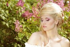 Emotionales Mädchen mit Art des blonden Haares Lizenzfreies Stockfoto