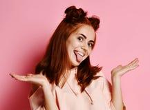 Emotionales Mädchen Schönes modernes Modell zeigt Zunge lizenzfreie stockfotos