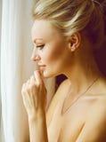 Emotionales Porträt der jungen Schönheit mit dem langen blonden Haar Lizenzfreie Stockbilder