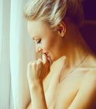 Emotionales Porträt der jungen Schönheit mit dem langen blonden Haar Stockfoto