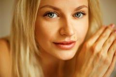 Emotionales Porträt der jungen Schönheit mit dem langen blonden Haar Stockbild