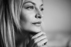 Emotionales Porträt der jungen Schönheit mit dem langen blonden Haar Stockfotos