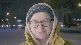 Emotionales Porträt der Straße der jungen Schönheit in der Stadt, die Kamera betrachtet Tragende Winterkleidung Dame schneefälle stock video footage