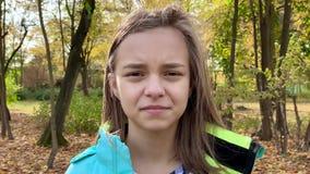 Emotionales Porträt des jugendlich Mädchens stock video