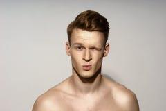 Emotionales Porträt des jungen Mannes Stockfoto