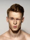 Emotionales Porträt des jungen Mannes Lizenzfreie Stockfotos
