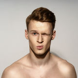 Emotionales Porträt des jungen Mannes Stockbilder