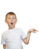 Emotionales Porträt des kaukasischen jugendlich Jungen Lustiger Jugendlicher, der aufwärts beim Lachen, lokalisiert auf Weiß zeig Lizenzfreie Stockbilder