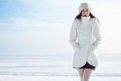 Emotionales Porträt des modernen Modells im weißen Mantel und im Barett stockbild