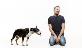 Emotionales Porträt eines Mannes und seines Bullterrierhundes, Konzept der Freundschaft und Sorgfalt des Mannes und des Tieres lizenzfreie stockfotos