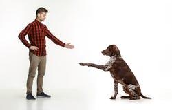 Emotionales Porträt eines Mannes und seines Hundes, Konzept der Freundschaft und Sorgfalt des Mannes und des Tieres stockfoto