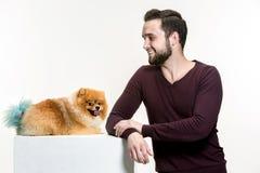 Emotionales Porträt eines Mannes und seines Hundes, Konzept der Freundschaft und Sorgfalt des Mannes und des Tieres stockbilder