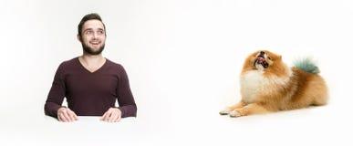 Emotionales Porträt eines Mannes und seines Hundes, Konzept der Freundschaft und Sorgfalt des Mannes und des Tieres stockbild