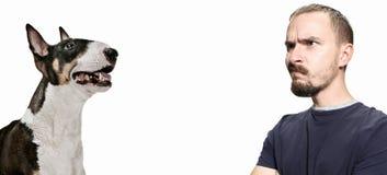 Emotionales Porträt eines Mannes und seines Schäferhundes, Konzept der Freundschaft und Sorgfalt des Mannes und des Tieres stockfoto