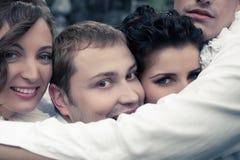Emotionales Porträt von vier lächelnden engen Freunden - Straßenschauspieler lizenzfreie stockfotos