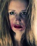 Emotionales Portrait der jungen Tiefstandfrau Stockfotos