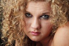Emotionales Portrait mit Rissen auf dem Gesicht Lizenzfreie Stockfotografie