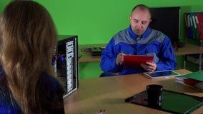 Emotionales weibliches Kundengespräch mit Technikermann am Computerreparaturservice stock video footage