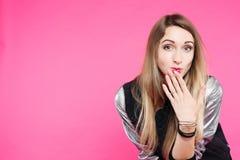 Emotionaly förvånade den tonåriga flickan att se kameran som döljer munnen vid handen arkivfoto