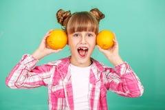 Emotioneel grappig kind met sinaasappelen Het concept gezonde eatin Royalty-vrije Stock Afbeelding
