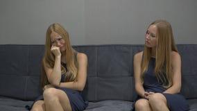 Emotioneel intelligentieconcept Aan één kant van een jonge vrouw voelt het gevoel gedeprimeerd en vrees aan de andere kant voor stock video