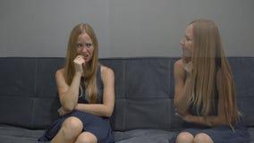 Emotioneel intelligentieconcept Aan één kant van een jonge vrouw voelt het gevoel gefrustreerd, gedeprimeerd en vrees op andere stock videobeelden