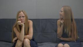 Emotioneel intelligentieconcept Aan één kant van jongelui voelt de vrouw gedeprimeerd en vrees aan de andere kant voor het beeld stock footage