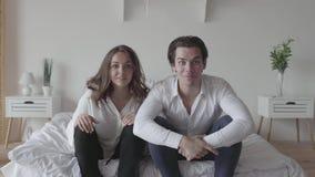 Emotioneel jonge man en vrouwen het letten op voetbal of honkbalzitting op het bed Het verband tussen de mens en vrouw stock video